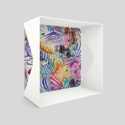 Voile de fond motif zèbre avec le cube-étagère échancré en acier couleur blanc