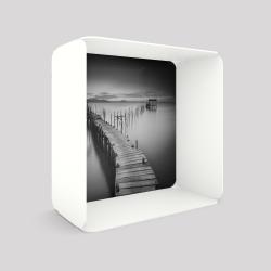 Voile de fond motif jetée sur l'eau avec le cube-étagère en acier couleur blanc